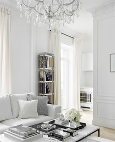 〚 Celebrity home: white apartment of Elle fashion director in Moscow 〛 ◾ Photos ◾Ideas◾ Design Modern Classic Interior, White Interior Design, Classic Home Decor, White Home Decor, White House Interior, Living Room White, White Rooms, New Living Room, White Apartment