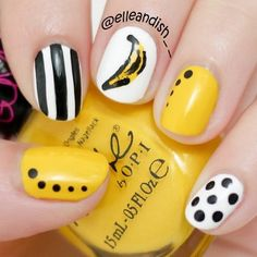 Nail Art de color amarillo, negro y blanco con rayas, puntitos y un plátano