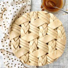 Apple caramel pie with beautiful cross braid and strip weave crust - Desserts Caramel Pie, Caramel Apples, Apple Caramel, Beautiful Pie Crusts, Apple Pie Crust, Pie Crust Designs, Pie Decoration, Pies Art, Think Food