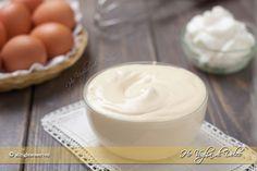 La crema diplomatica è una ricetta base della pasticceria. Si prepara dall'unione della crema pasticcera e crema chantilly, ottima per farcire torte e dolci