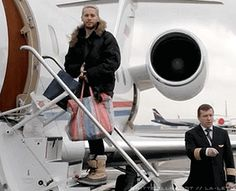 marsweareechelon:  Private jet and a crappy woven plastic bag….oh Jared.