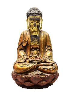 IMPORTANT BOUDDHA CHINE 18ème siècle  En bois sculpté laqué et doré, représenté en méditation dans la position du lotus dite aussi « Vajrasana » les mains en « Dhyanamudrq ». Assis sur une base en fleur de lotus, il est vêtu d'un drapé et la poitrine ornée d'un motif svastika. Le visage doré, représenté dans une expression méditative, les oreilles aux longs lobes et la chevelure bouclée avec trace de polychromie. Tout petit manque à une feuille de lotus au dos.Chine, Dynastie des Qing, 18ème