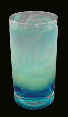 blue-lagoon Mixed Drink Cocktail - Drink and Drink Party Drinks, Cocktail Drinks, Fun Drinks, Beverages, Cocktail Recipes, Types Of Alcoholic Drinks, Alcoholic Desserts, Summer Drinks, Cold Drinks