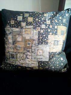 Squared space - cuscino 100% seta - silk handmade batik unique piece Throw Pillows, Silk, Space, Unique, Handmade, Floor Space, Toss Pillows, Hand Made, Decorative Pillows