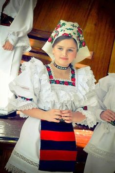 maramures Country Costumes, Romanian Women, Costumes Around The World, European Girls, Folk Costume, People Of The World, Fashion History, Women's Fashion, Cool Costumes