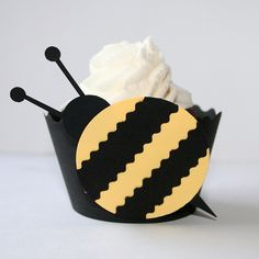 cupcake wrap - bee. (awesome paper craft!)