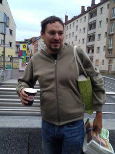 Natürlich hilft erstmal ein Becher Kaffee, denn der Geist sollte wach sein, damit die Antworten auf Fragen auch passen;-) #ThomasPfeiffer #platz22 #wahlstory 10.September 2013  #wahlstory #platz22 Thomas Pfeiffer Platz 22 http://thomas-pfeiffer.de/
