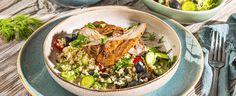 Troubu předehřejte na 180 °C. Smíchejte hrst kopru, máty a petrželky, ½ lžičky citronové kůry a 2 lžíce citronové šťávy se lžící chilli pasty. Osolte,... Cobb Salad, Grains, Rice, Food, Lemon, Bulgur, Essen, Meals, Seeds
