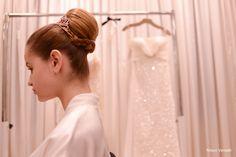 Quase pronta: coque alto + coroa + vestido clássico!