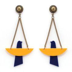 Brinco longo de corrente bifurcada em ouro velho, base metálica circular e pingente em formato de pássaro em acrílico amarelo e azul marinho.Dimensões totais (AxL, incl. base): 9.5 x 4.4 cm.Referência: A16-829.