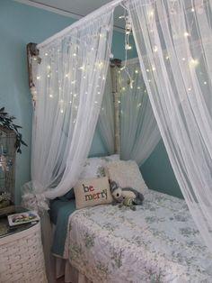 Himmelbett mit weißen Vorhängen und Lichterketten - ich liebe Himmelbetten!