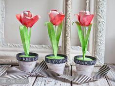 Je vous offre des fleurs ! Des jolis pots de tulipes en papier ! Je les trouve très jolies et en plus elles sont assez faciles à réaliser.