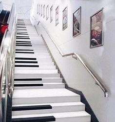 Piano-Treppe in der Metro von Nanjing, China. Es erklingen Klavertöne, wenn sie betreten wird. Stichworte: #Accordion #World #Stairs #Piano #Metro