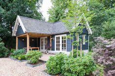 Dit guesthouse met terrasoverkapping is ontworpen, gebouwd en afgewerkt met oog voor detail. Dat ziet u o.a. aan de Franse dakpannen en de zinken mastgoten.