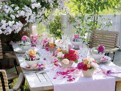 mesa decorada en el jardín