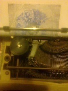 Es un dibujo hecho con signos de maquina de escribir a todo color