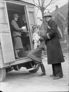 Mrs Pat Macleod and Mrs Winifred Ashford chat to a policeman as they wash up in the back of their mobile canteen, somewhere in London, Women In History, World History, Home Guard, British Home, The Blitz, Air Raid, War Photography, Battle Of Britain, World War Two