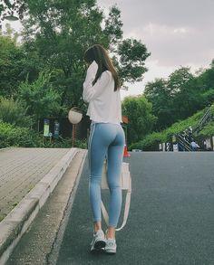 빛이 스르르륵✨✨✨ Yoga Pants Girls, Figure Poses, Leggings, Sporty, Jeans, Beauty, Twitter, Fashion, Moda