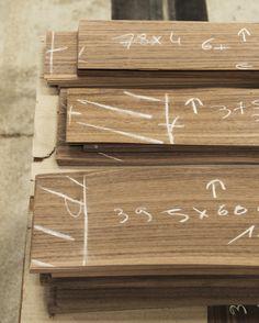 Markierung der Furnierblätter mit Kreide.