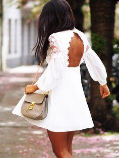 """Weiße Spitze und Rückendekolleté - schlicht und trotzdem wow: Bloggerin Kayla von """"Not Your Standard"""" weiß was diesen Sommer angesagt ist."""
