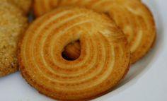 A receita de biscoito amanteigado tem um preparo simples e leva poucos ingredientes. O tempo de preparo é de apenas 1 hora e rende aproximadamente 60 unidades. Aprenda também Combinação entre chás e bolos caseiros Enroladinho de salsicha feito com bolacha água e sal