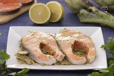 Il salmone alla limoncina è un secondo piatto che racchiude tutto il gusto del salmone norvegese fresco, servito su un letto di carciofi saltati.