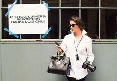 La photographe Jamie Beck porte son Soft Ricky avec un ensemble noir et blanc classique lors de la Fashion Week de New York