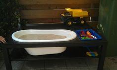 DIY zandtafel. Tweedehands Lacktafel (ikea) en een babybadje. Ook te gebruiken als watertafel. In plaats van t badje kun je ook n bak voor onder t bed gebruiken.