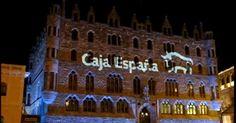 Caja España se viste de Navidad Chandelier, Ceiling Lights, Home Decor, Crates, Places, Homemade Home Decor, Candelabra, Chandeliers, Ceiling Lamps