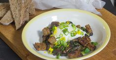 Portobello met gepocheerd ei zure kruidenroom en korstjes Portobello, Lunches, Brunch, Veggies, Cooking, Food, Mushroom, Kitchens, Egg As Food
