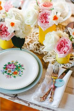 Vibrant vintage place setting #wedding #vintage #vintagewedding #tablescape #placesetting