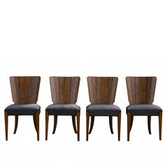 Cztery krzesła H-214 zaprojektowane przez Jindriha Halabala w latach 30. Nowoczesna forma ujęta w tradycyjnych…