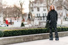Julia Petit - Petiscos -casaco Gloria Coelho -calça Blank NYC -bolsa Chanel -luvas Harrords