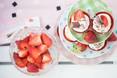 Endlich gibt es wieder Erdbeeren! Erdbeeren sind für mich der Inbegriff von Frühling. Der süße Duft, die knallige rote Farbe und der frische Geschmack… hach, es ist einfach meine Lieblingsfrucht Lieblingsnuss (*Klugscheißermoduson* Die Erdbeeren gehören rein botanisch gesehen zur Familie der Nüsse *Klugscheißermodusoff*). Und auch wenn böse Zungen das Gegenteil behaupten: Ich habe auch jetzt … … Weiterlesen →