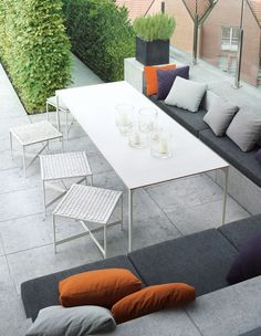 Nice casual space, you could achieve a similar look with benches against a balcony wall if you didn't have the option of built in seating. Garden Seating, Outdoor Seating, Outdoor Living Areas, Outdoor Rooms, Built In Seating, Outdoor Dining Furniture, Outdoor Curtains, Modern Pools, Shabby Chic