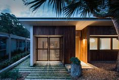 Sustainable prefab beach house in Blairgowrie – Sustainable Architecture with Warmth & Texture Australian Architecture, Japanese Architecture, Sustainable Architecture, Architecture Design, Australian Houses, Landscape Architecture, Copper House, Minimalist Landscape, Courtyard Design