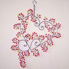 Velká srdeční záležitost - fotoalba ulivatelu - Dáma.cz Wire Wreath, Sun Catcher, Wire Art, Wind Chimes, Embroidery Patterns, Artsy, Craft Ideas, Heart, Christmas