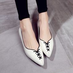 An article, which describes the major advantages of purchasing discount shoes from an online shoe store. Pretty Shoes, Beautiful Shoes, Cute Shoes, Me Too Shoes, High Heel Boots, Shoe Boots, Women's Shoes, Footwear Shoes, Teen Girl Shoes