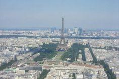 """""""Windows on... Paris"""" du haut de la tour Montparnasse... Prenez l'ascenseur qui vous mènera jusqu'au 56e étage et contemplez à 210 m de haut depuis le toit-terrasse un panorama époustouflant. Par temps dégagé, votre vue portera  à 40 km ! Tout là-haut, une table d'orientation vous aidera à repérer les quartiers de la capitale. Vous pourrez également vous restaurer au bar panoramique."""