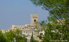 Vista di Recanati con la Torre del Borgo, da occidente. Foto di Giorgio Manzotti.