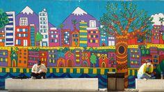 Mural de la ciudad de Santiago de Chile con la cordillera de los andes al fondo en el edificio de la Universidad.