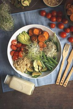 Buddha bowl quinoa, avocat, tomates, patates douces