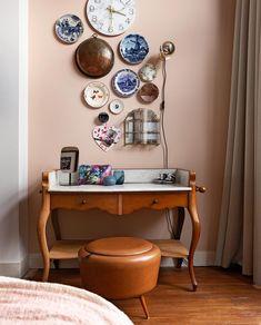 BINNENKIJKEN • Geef je werkplek een speels effect door verschillende borden en klokken aan de muur te hangen. | vtwonen 04-2020 | Styling Emmy van Dantzig | Fotografie Jansje Klazinga | Tekst Anne van den Dool #vtwonen #binnenkijken #herenhuis #rotterdam Cosy Interior, Office Desk, Corner Desk, New Homes, Home And Garden, Living Room, Cool Stuff, House Styles, Rotterdam
