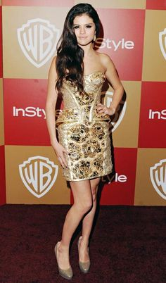 The brunette stunner, Selena Gomez, posed in a decadent guilded Versace minidress for the InStyle and Warner Bros. Golden Globe afterparty in Beverly Hills. Dianna Agron, Formal Hairstyles For Short Hair, The Brunette, Selena Gomez Style, Marie Gomez, Jake Gyllenhaal, Elle Fanning, Golden Globes, Red Carpet Looks