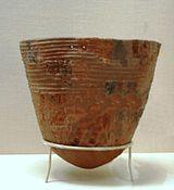 Néolithique: poterie du Jômon naissant, environ 10 000 à 8 000 ans av JC.  La Céramique: elle est souvent considérée comme une invention des groupes humains du Néolithique. L'utilisation de terre cuite à des fins non utiitaires est toutefois attestée dès le Paléolithique supérieur, notamment pour la réalisation de certaines Vénus, ou des figurines animales