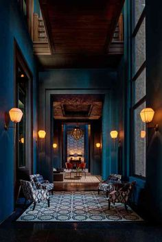 Intérieur magnifique avec murs peints en bleu canard