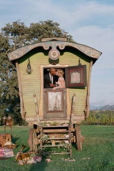 As carruagens ciganas tornaram-se simbolo da vida nômade da cultura gipsy assim como as tendas são para os povos do deserto.