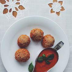 """""""Mój nowy kulinarny eksperyment - pulpety z czerwonej soczewicy pieczone w piekarniku. Świetnie smakują z domowym pikantnym sosem pomidorowym. Muszę wam…"""""""