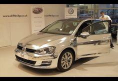 Envelopamento: Volkswagen Golf preto fica totalmente cromado em minutos com aplicação de película - Fotos - R7 Carros