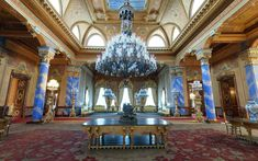 """Osmanlı'nın son döneminde inşa edilen ve """"Yazlık Saray"""" olarak kullanılan Beylerbeyi Sarayı'nın tarihi ve mimarisi. Sultan Abdülaziz döneminde Konuk Evi olarak kullanılan ve önemli şahsiyetleri ağırlayan saray, Anadolu Yakası'nda konumlanır. Beylerbeyi Sarayı giriş ücreti ve ziyaret saatleri hakkında bilgi."""